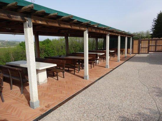 Elliot Hotel Restaurant: Terrasse mit Blick in die Weinberge