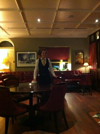 Step House Hotel: Friendly and helpful bar staff in the well appointed Bar