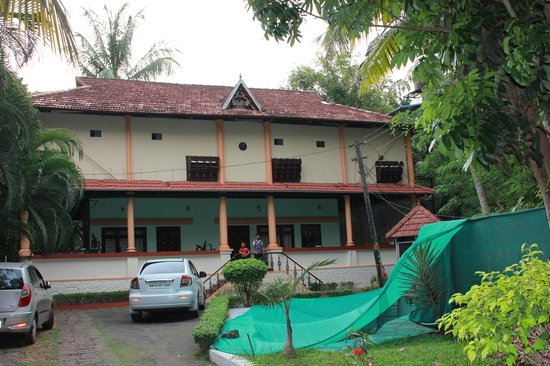 Backwater Retreat Theme House: Front View of Hotel