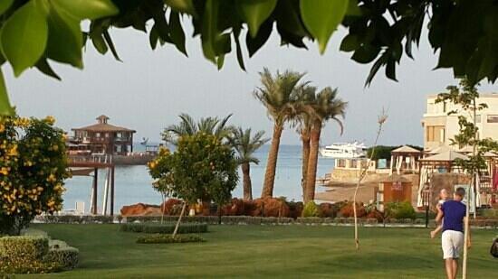 SUNRISE Grand Select Crystal Bay Resort: лагуна