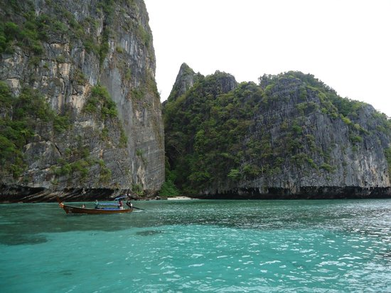 Limestone hills protruding out from the water - Picture of Ko Phi Phi Le, Ko ...