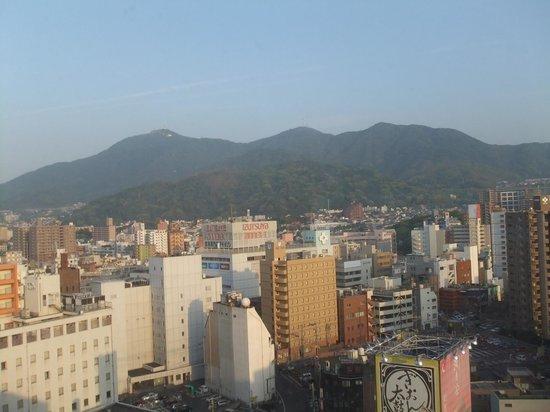 Nishitetsu Inn Kurosaki: 南側 (背景はケーブルカーのある皿倉山)