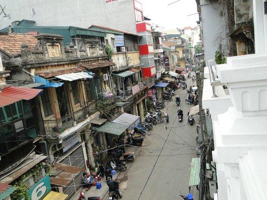 The Landmark Hanoi Hotel: Uitzicht op straat