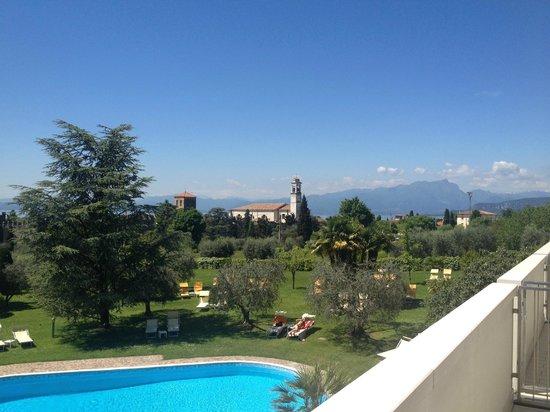 Hotel Giulietta Romeo: Blick vom Zimmer über Lazise zum See hin