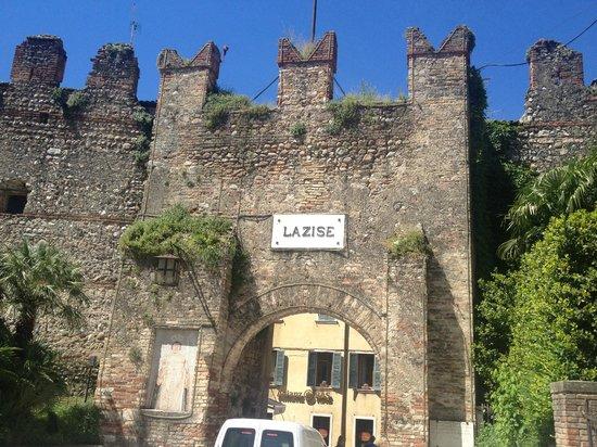 Hotel Giulietta Romeo: Tor direkt schräg gegenüber dem Hotelgarten