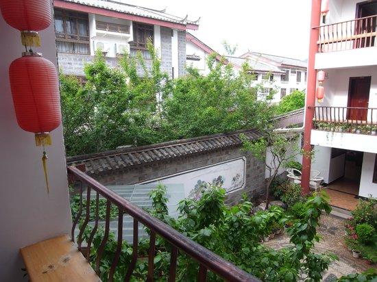 Rendezvous Lijiang Inn: Main courtyard garden 1