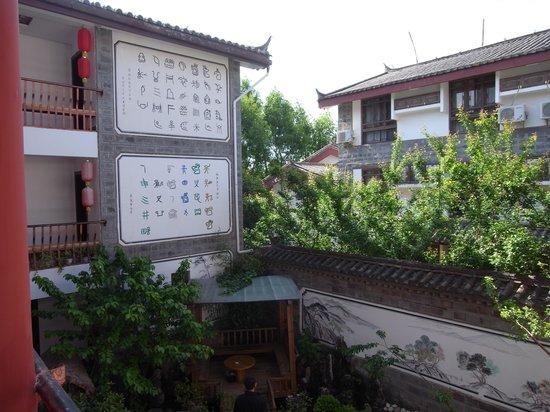 Rendezvous Lijiang Inn: Main courtyard garden 2