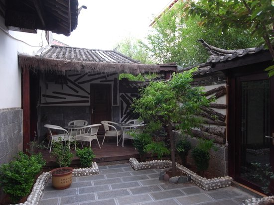 Rendezvous Lijiang Inn: Garden by the breakfast area