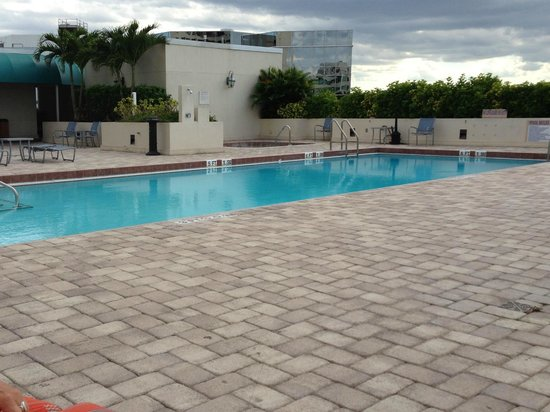 Fort Lauderdale Marriott North: On the fourth floor, heated pool