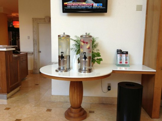 Fort Lauderdale Marriott North: In the lobby we have fresh everyday different water with fruits