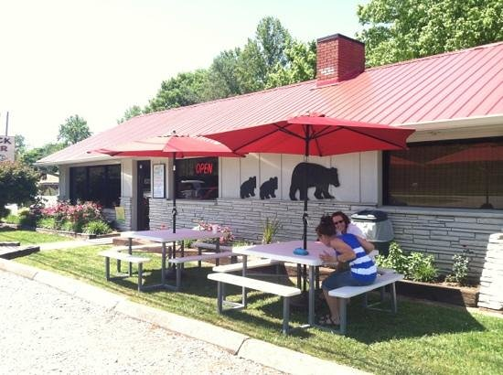 Black Bear Cafe: new picnic tables.