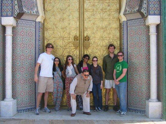 Majid Ben Rabah  Tours: Majid con mi grupo en las puertas del Palacio real en Fez