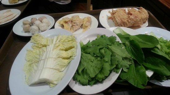 The Magic of Chongqing Hot Pot: たくさんの具財