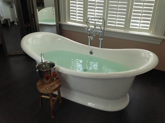 Suite Hotel Pincoffs: French bathtub