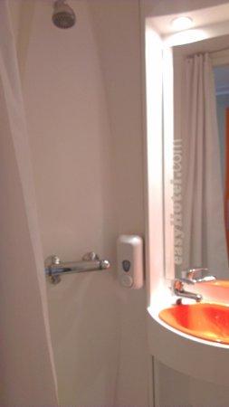 easyHotel Sofia: The shower :)