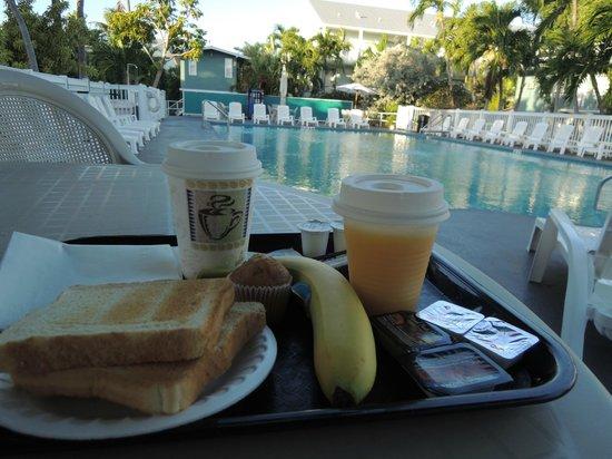 Blue Marlin Motel: Desayuno en la piscina...