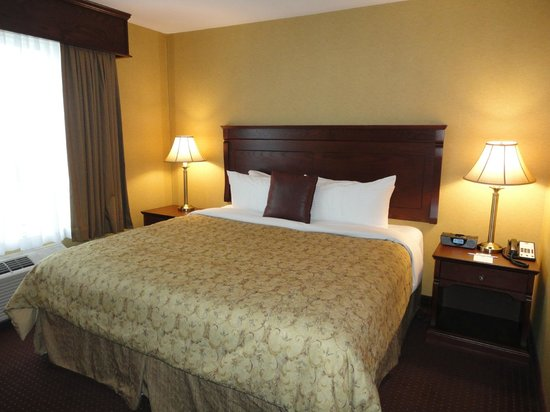 Best Western Plus Fredericton Hotel & Suites : King suite bedroom - deluxe section