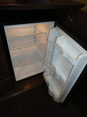 BEST WESTERN Plus Fredericton Hotel & Suites : Mini-refrigerator