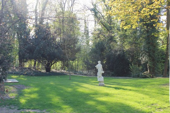 L'Assiette Champenoise: A view of the gorgeous garden behind the hotel