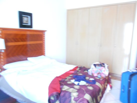 Grand Midwest Hotel Apartments: Bedroom with doublebed and single bed, safe in the wardrobe and dressing table.