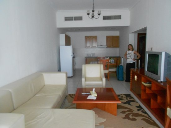 Grand Midwest Hotel Apartments: Living room and kitchen area