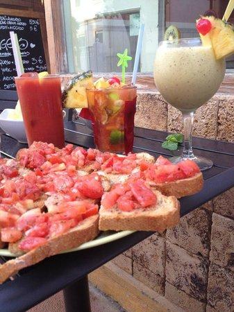 Bar Cocteleria Zumo de Tarifa: Bloody Mary, JJ, Analcholic Cocktail with Fresh fruit