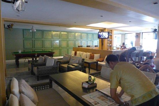 Sawaddi Patong Resort & Spa: bar and mini theater