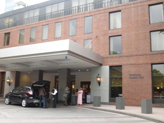 Sheraton Philadelphia Society Hill Hotel: Mandatory Valet