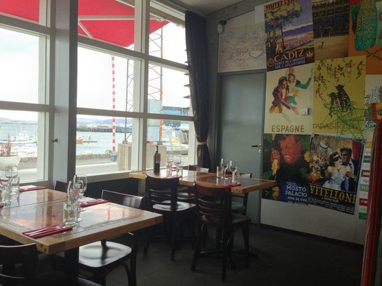 Tapashusid/Tapashouse : Inside of restaurant with view of harbour