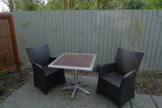 Amore Motor Lodge: Outdoor seats for our unit