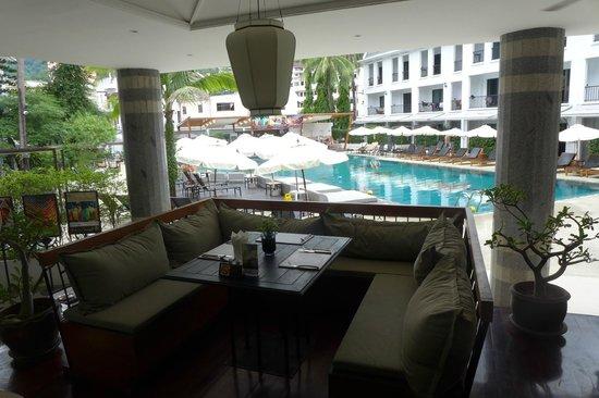 Sawaddi Patong Resort & Spa: restaurant view to pool