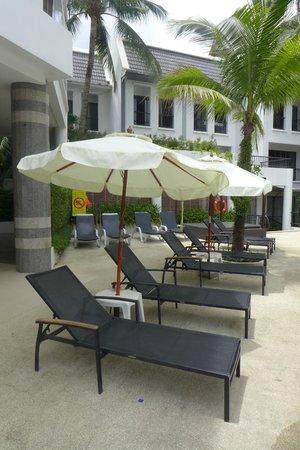 Sawaddi Patong Resort & Spa: poolside