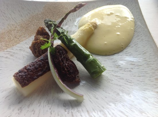 Hotel Restaurant Regis & Jacques Marcon : Asperges gratinées au praliné des cèpes, morilles farcies