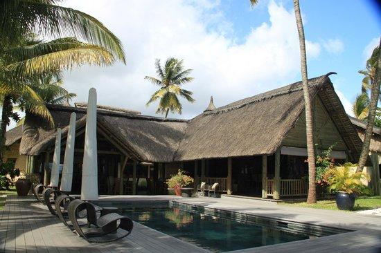 Le Sakoa Hotel : Bar e ristorante intorno alla piscina