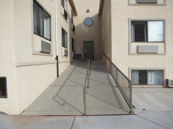 كواليتي إن: Ramp you have to go up from parking lot, you can see the 1/2 windows of the lower level rooms