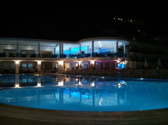 Montebello Resort: poolside at night