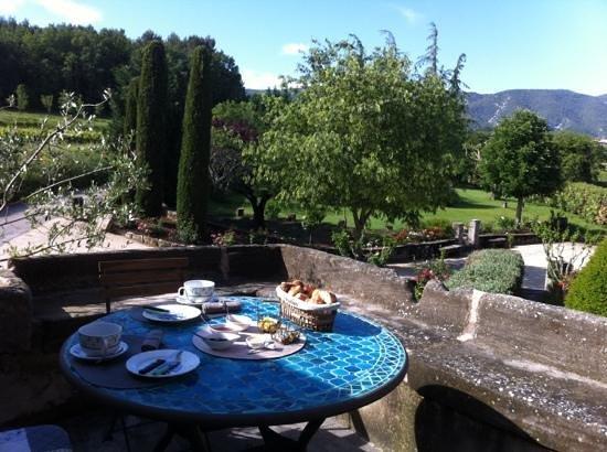 Au pied du Luberon: petit déjeuner sur la terrasse