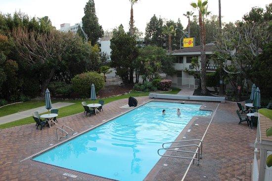 Super 8 by Wyndham Long Beach: Pool