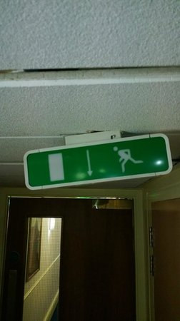 ‪ولينجتون بارك هوتل: emergency exit sign in hallway‬