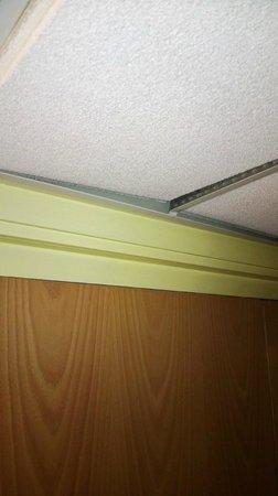 Wellington Park Hotel: corridor ceiling tiles