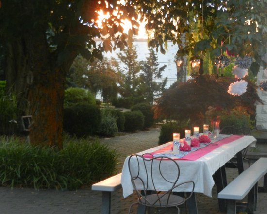 La Maison sur le Hill: Courtyard in September set for a party