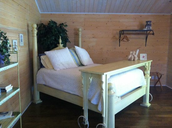 La Maison sur le Hill: Queen Custom Made Bed in Yellow Cottage
