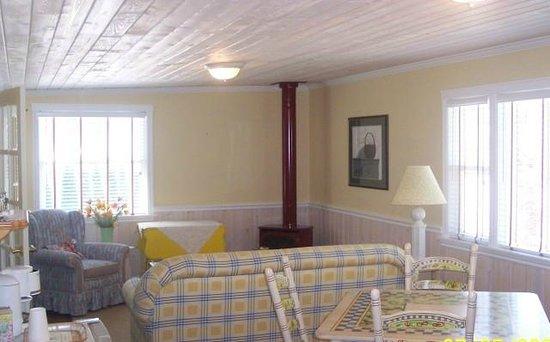 La Maison sur le Hill : Living room in Green Cottage