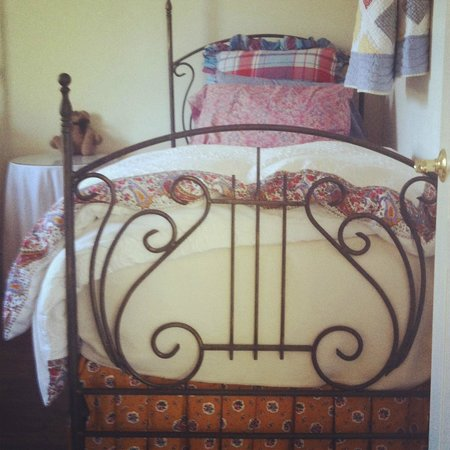 La Maison sur le Hill: Twin beds in Green Cottage