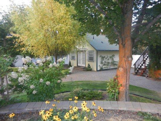 La Maison sur le Hill : The Yellow Cottage in Courtyard