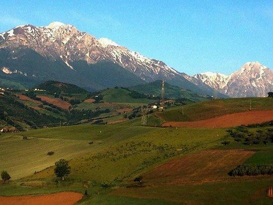 Agriturismo Cignale: View toward mountains