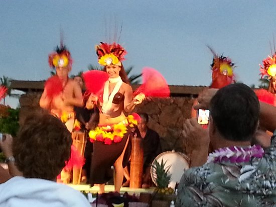 Sunset Luau at the Waikoloa Beach Marriott: Sunset Luau hula dancers