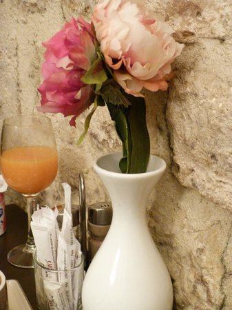 Le Petit Belloy Saint Germain : Flowers for breakfast:)