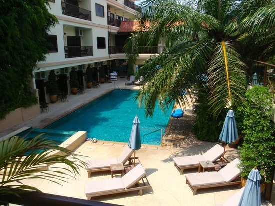 Baan Souy Resort: The clean lap pool, and jacuzzi, were crystal clear.