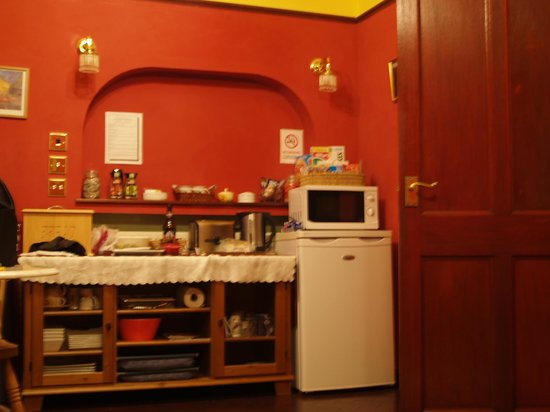 Newcourt Bed and Breakfast: Kitchen/Pantry area